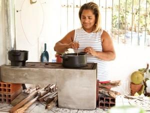 Maria Rita Rosa dos Santos, a irmã Rita, usa menos lenha com o novo fogão.
