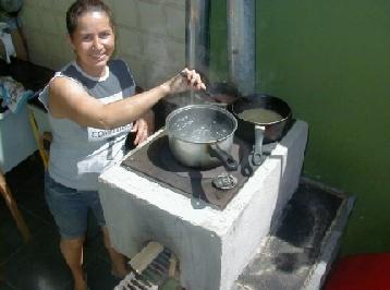 Modelo campestre de Ecofogão no Brasil.