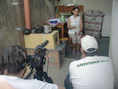 A equipe de reportagem do Greenpeace documentou o testemunho de dona Cecília, uma usuária do Ecofogão modelo Campestre. Segundo ela, com seu novo Ecofogão, a duração do seu botijão de gás passou de 1 para 5 meses.