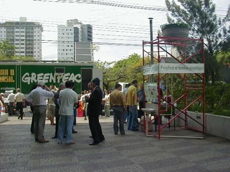 A equipe do Ecofogão montou um stand para demonstrar o seu uso.