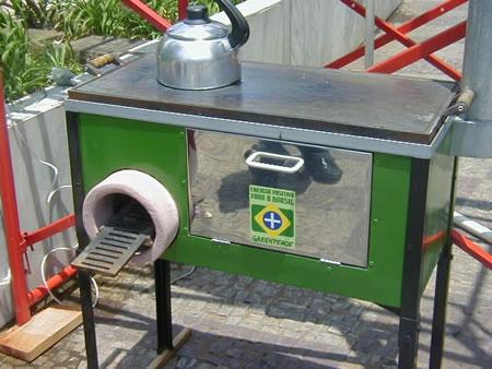 O modelo utilizado foi o Ecoforno que mostrou as suas três aplicações térmicas: cocção na chapa, assados no forno e água quente na serpentina.