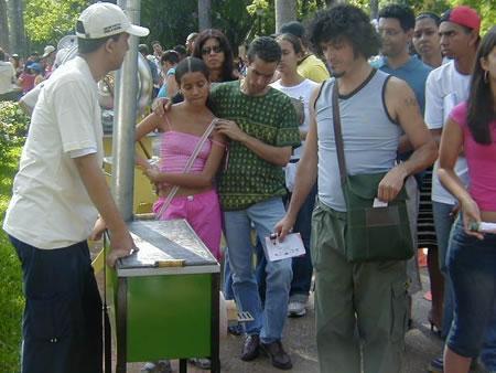 Voluntários do Greenpeace realizaram demonstrações do Ecofogão durante a exposição.