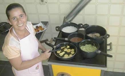 O ECOFOGÃO utiliza 50% menos madeira, não suja as panelas nem mata a cozinheira