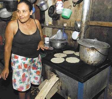 Usuária típica de um Ecofogão na Nicarágua, para negócios domésticos de venda de comida (tortilhas e feijão)