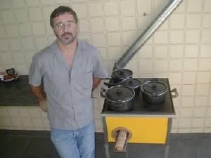 Rogério Carneiro de Miranda ao lado do modelo uso múltiplo do Ecofogão no Brasil.