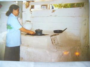 Dona Justa e o primeiro modelo de fogão ecológico em 1994, em Honduras.