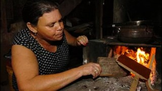 Maria José Veloso, moradora do Aglomerado Santa Lúcia, Zona Sul de em Belo Horizonte, usa diariamente o fogão a lenha para economizar gás de cozinha