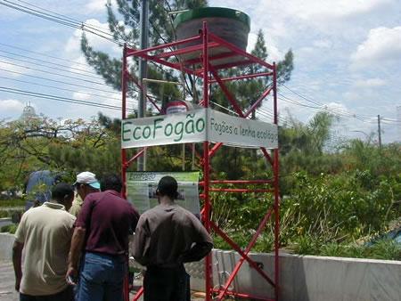Uma torre foi montada para demonstração do sistema de aquecimento de água pelo Ecofogão através da serpentina.